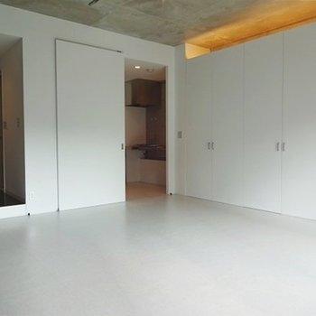 収納上の照明もいい感じ※写真は3階の同間取り別部屋のものです。