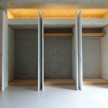 収納充実。一番左は冷蔵庫入れになります※写真は3階の同間取り別部屋のものです。