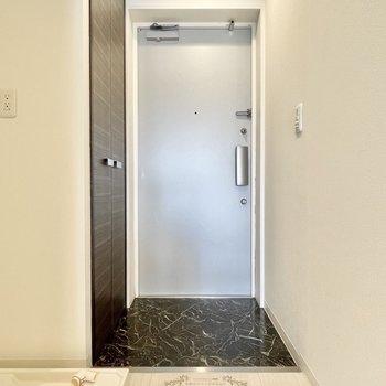 玄関は脱ぎ履きに問題ない広さ。