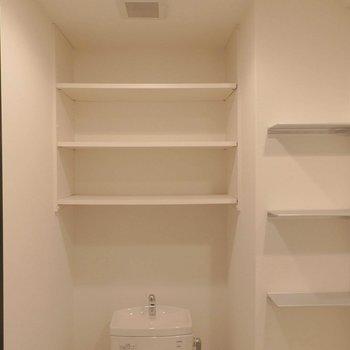 トイレの上には収納がたっぷり。 ※写真は同間取り別部屋