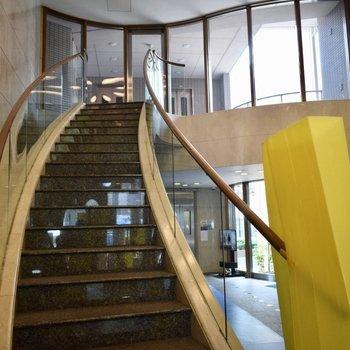 なんて登ってみたくなる階段・・。ホテルみたい。