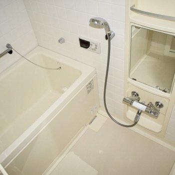 深めの湯船がレトロでウキウキ・・!(※写真は14階の反転間取り別部屋のものです)