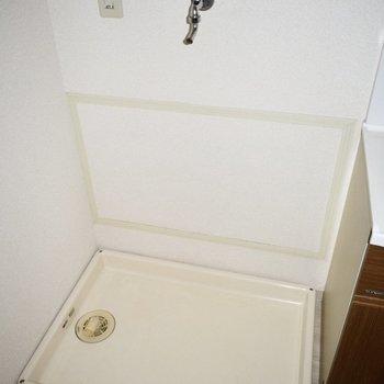 お風呂の前に洗濯機置き場があります。(※写真は14階の反転間取り別部屋のものです)