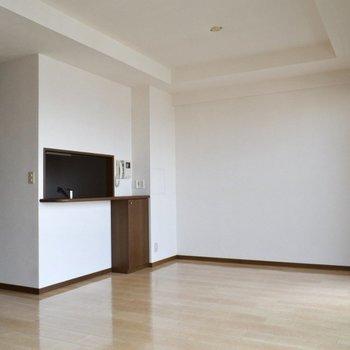 キッチンから居間が見えるのは安心ですね。(※写真は14階の反転間取り別部屋のものです)