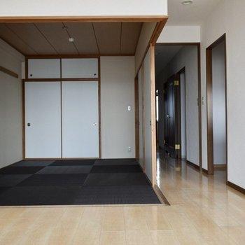 黒の畳!布団でのびのびと使いたい。(※写真は14階の反転間取り別部屋のものです)