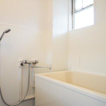 お風呂は水栓を新しく、横長のミラーを設置※写真はイメージ