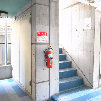 【共用部】エントランスのドアを抜けるとすぐに階段です。