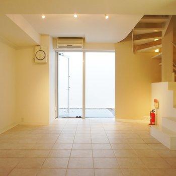 一階、どこか温かみもある空間