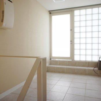 二階はこんな感じ、扉から駐車場へ