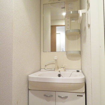 洗面台に収納は十分(※写真は3階の反転間取り別部屋のものです)