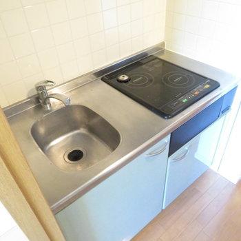 IHの2口コンロのシステムキッチン。お掃除もラクラク!(※写真は3階の反転間取り別部屋のものです)