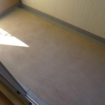 バルコニーはお布団も干せそうなサイズ感。(※写真は3階の反転間取り別部屋のものです)