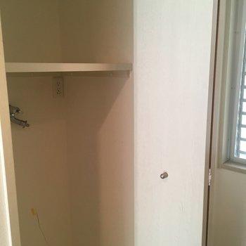 洗濯機は扉で隠せるようになってます!