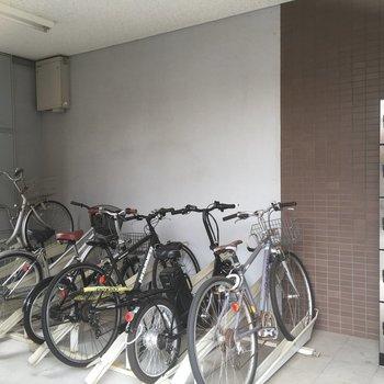 駐輪場の横に宅配BOXがあります