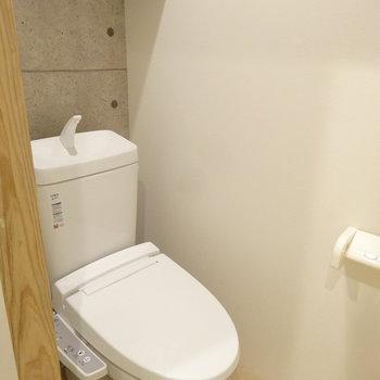 トイレは凝ったデザイン。ウォシュレット付ですよ〜。