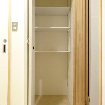 2つめはお風呂のとなりに。折れ戸になっています。こちらも可動式の棚。奥行きもしっかり。洗剤やお掃除用品を収納できそう。