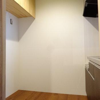 キッチン後ろには吊り戸と冷蔵庫スペース。広さもありますね。