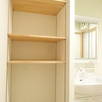 1つめは洗面となりに。棚は可動式で使いやすい!タオルとかバスグッズを置けますね!