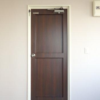 玄関の扉…?工夫が必要ですね!※写真は前回募集時のものです。
