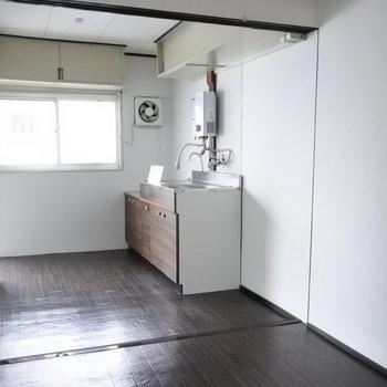 キッチン横に窓があるので。