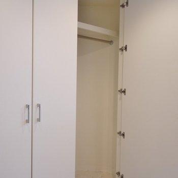 収納は小さめ。※写真は、同タイプの2階部分。