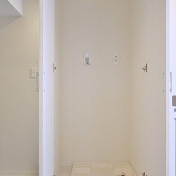 隣は洗濯置場。※写真は、同タイプの2階部分。