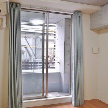 天井はコンクリート剥き出し。※写真は、同タイプの2階部分。