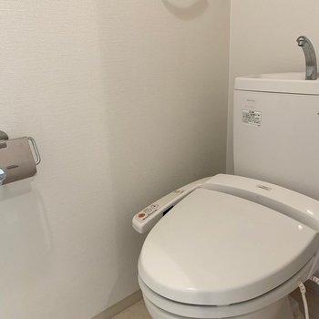 トイレはウォシュレット付き(※写真は7階の同間取り別部屋のものです)