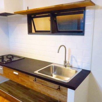 キッチンはガスコンロ三口にグリルつき!
