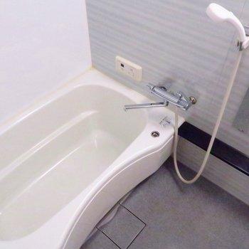 お風呂も少し広々で綺麗です!