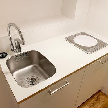キッチンはコンパクト!奥に調理道具の置けそうなスペースが◎
