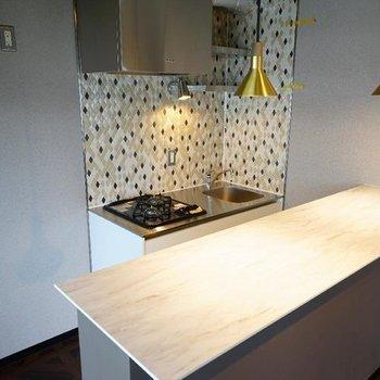 キッチンはカウンターつき!※写真は7階の同間取り別部屋のものです。