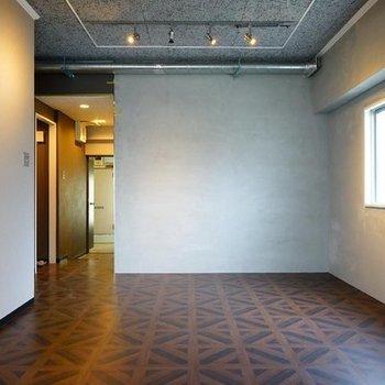 高級感のある落ち着いた空間に。※写真は7階の同間取り別部屋のものです。