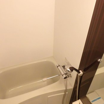 お風呂はちょっと小さめ。だけどサーモ水栓で使いやすそう。(※写真は14階の同間取り別部屋のものです)