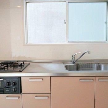 コンパクトながら優秀キッチン◎窓も嬉しい。