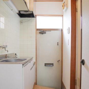 玄関からの明かりも柔らかいね※写真は1階の同間取り別部屋のものです