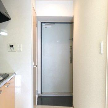 キッチンエリアの廊下もゆったり目。※写真は5階の同間取り別部屋のものです