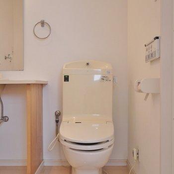 お隣のおトイレはウォシュレット付き。※写真は前回撮影時のもの