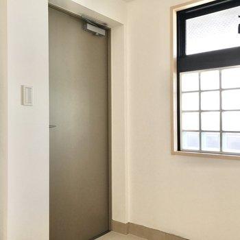 【DEN】共用廊下につながる玄関ドアもあります。