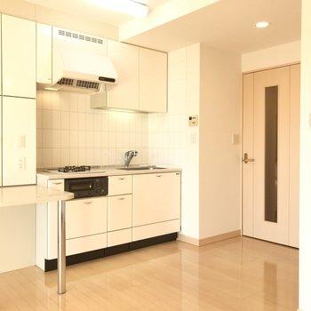 【LDK】冷蔵庫はシンクの右後ろに置けます。
