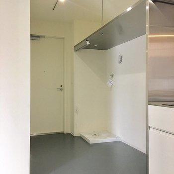 奥の扉を開けると階段です!※写真は別部屋です