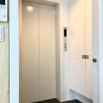 エレベーター兼玄関※写真は別部屋です