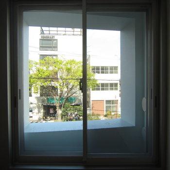 窓からの、窓!