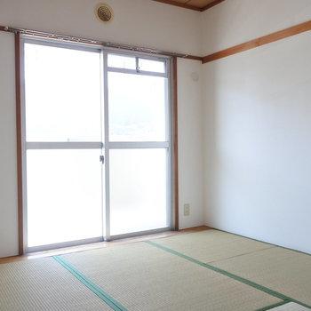 こちらは玄関側の和室。