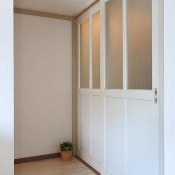 このドア、かわいい〜!これを基準にインテリアをそろえたい。