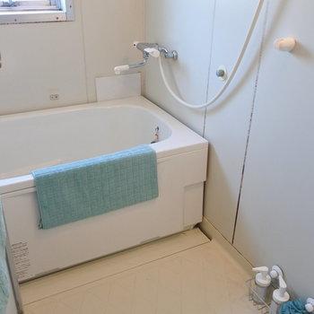 お風呂は浴槽が新品なのです!でも全体的にはちょっとふるめ。