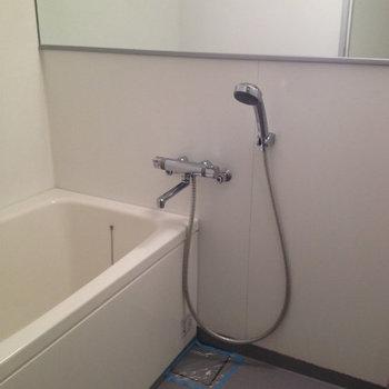 ひとり暮らしにはちょうどいいサイズのお風呂です※写真は2階同間取り別部屋のものです