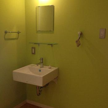 コンパクトな洗面台です※写真は2階同間取り別部屋のものです