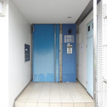オートロックの重厚な扉