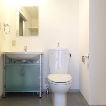 水周りはまず正面にトイレ